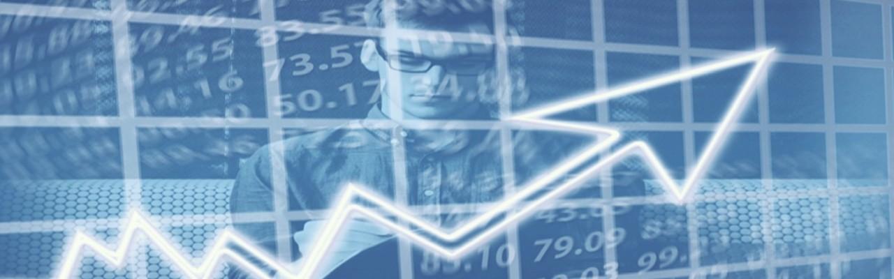 Immagine che rappresenta la Giornata dell'Economia: ragazzo che analizza il grafico di un report sullo stato dell'economia